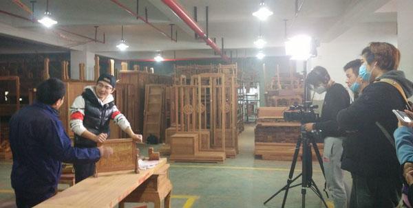 红木老师傅介绍,几位选手深入工厂内部